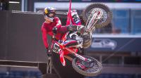 Zie de pittige crash van Ken Roczen in East Rutherford