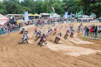 Genisten uit Wezep boren op circuit in Heerde waterbron aan voor motocrossers