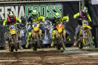 Film: Close racing in de arenacross in Manchester