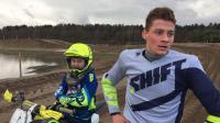 VIDEO: Van der Poel crost met een motortje (maar wel een heel groot)