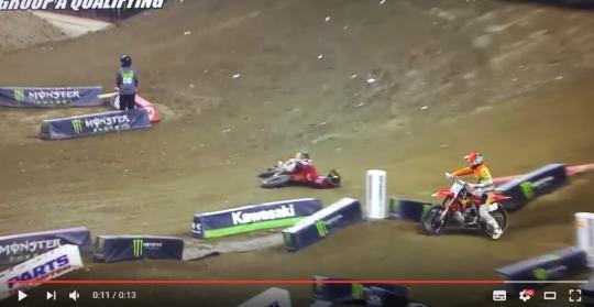 Film: Craig ramt Martin van de baan in AMA Supercross in Detroit