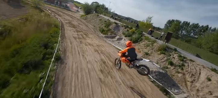 FPV drone piloot volgt motorcrossers in Arkel