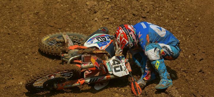 Watch the crash of Antonio Cairoli in the MXGP qualifying heat