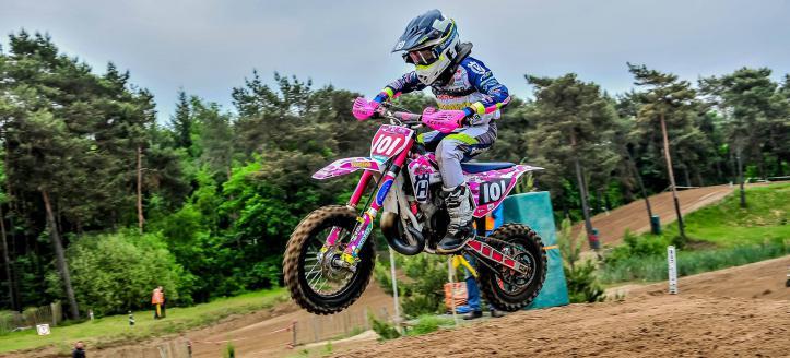 Lotte: 'Als enige meisje tegen de jongens motocrossen is écht supercool'